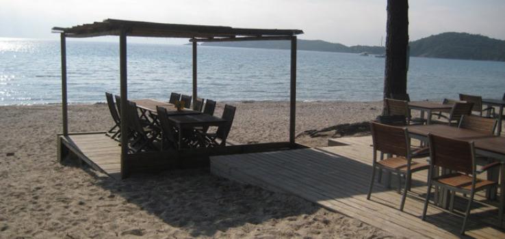 Déjeuner au bord de la plage Pinarello en Corse