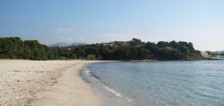 Plage de sable blanc à Pinarello en Corse